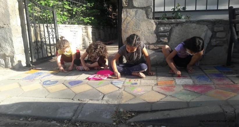 Pandemide, Kaldırımları Boyayan ve Resimleyen Çocuklar!
